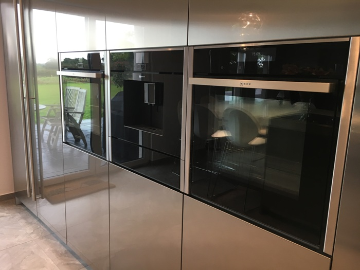 In this Snaidero kitchen, the devices are built in symmetrically. Two stainless steel closets to the left of the devices and two closets to the right.