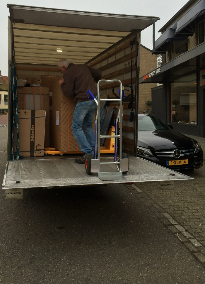 The second part of the kitchen goes on transportation (it is shipped by container).