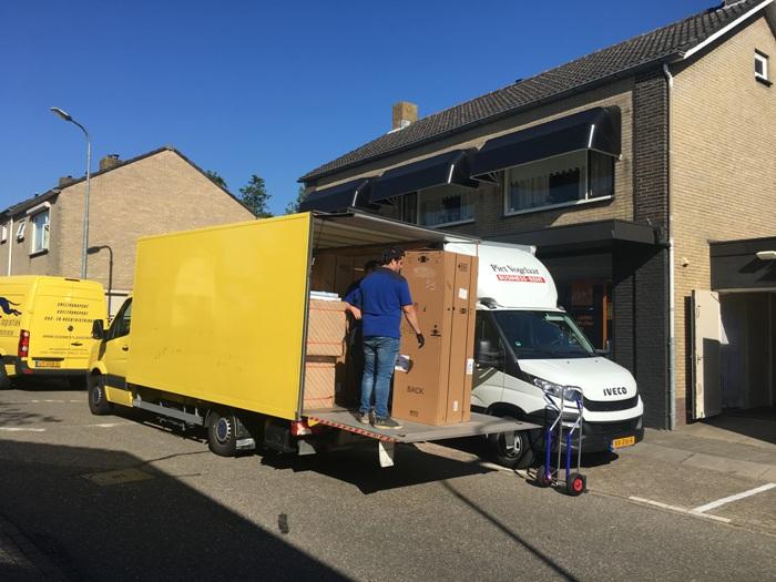 De keuken gaat op transport naar de klant in Amsterdam.