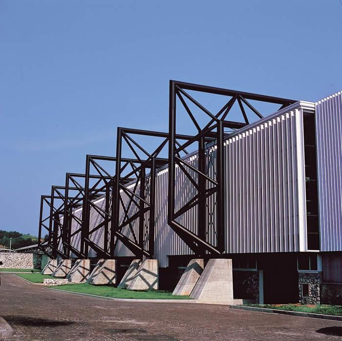 De fabriek van Snaidero staat in een gebied waar aardbevingen regelmatig voorkomen. Hierop is het gebouw aangepast.
