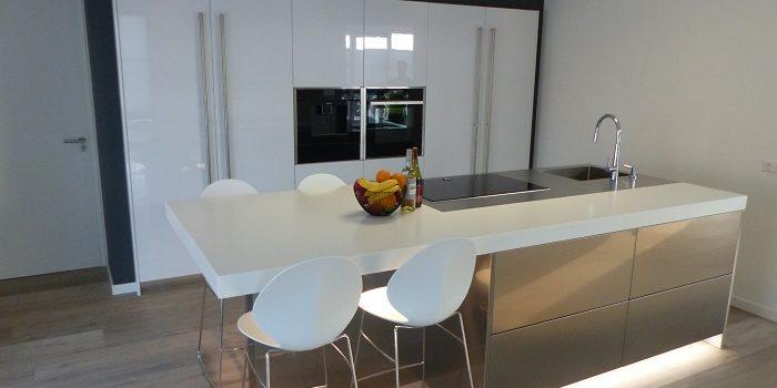 Deze roestvrijstalen keuken is geplaatst in Arnemuiden