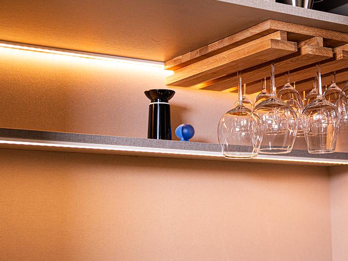 Snaidero S1 showroomkeuken met wijnglas ophangrek in de hoge kastenwand