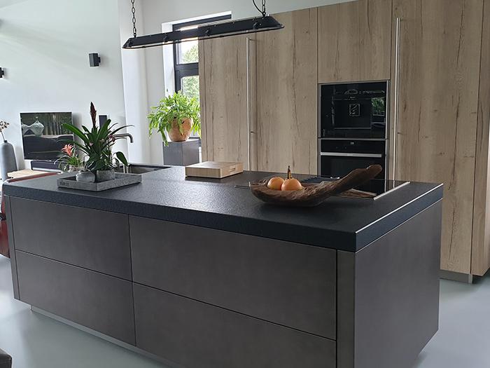 Project 861 - Snaidero keuken met granieten aanrechtblad in gebrand zwart