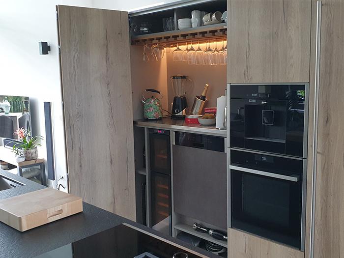 Project 861, met geïntegreerde koffieautomaat en wijnkoeler